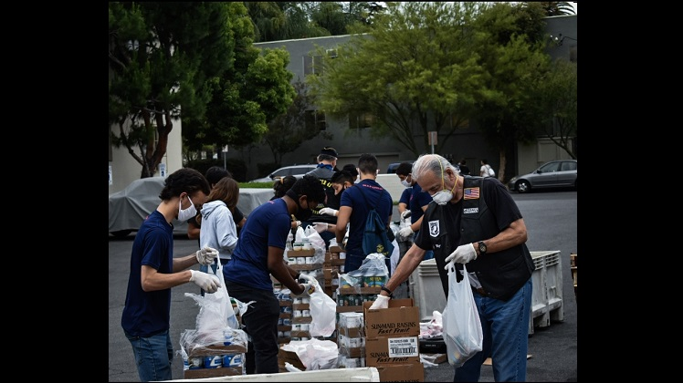 Marine Recruiting Station Los Angeles helps distribute food during pandemic